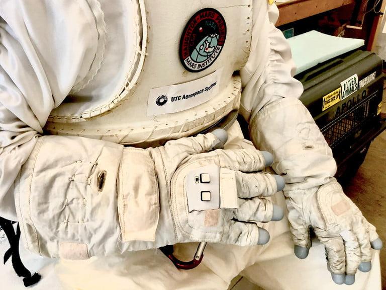 دستکشهای هوشمند ناسا؛ مرز باریک علم و جادو
