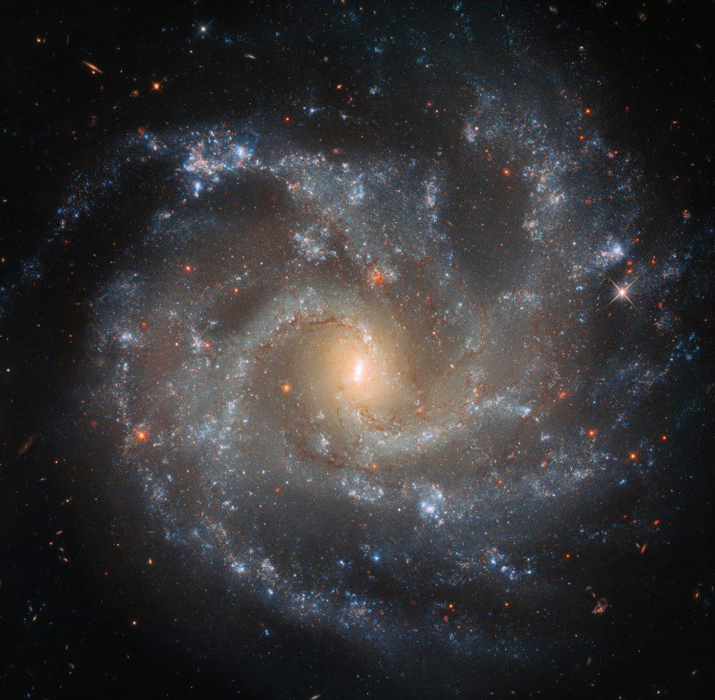 ثبت تصویری زیبا از یک کهکشان دور از دست توسط هابل